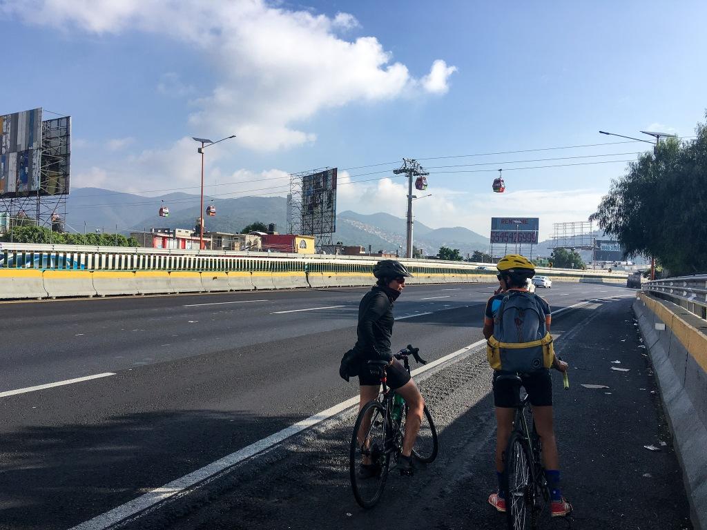 Pedaleando y sobrevolando la autopista México-Pachuca